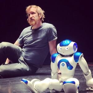 Robin Jonsson och roboten Alex, foto Robin Jonsson